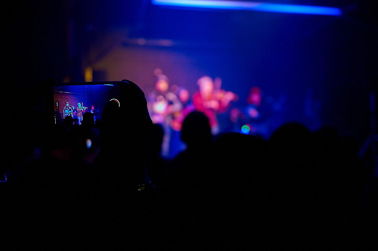 música, folk, concierto, gira, folk on crest, lonxe, sergio grande, tradicional, música tradicional, sala al margen, al  margen, salamanca, Yolanda Río López, voz, cantante, pandereta, cajón flamenco, percusiones, gaita, gaita gallega, guitarra, Ósc